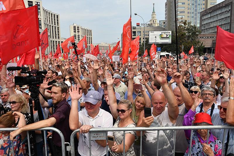 Митинг КПРФ. Участники шествия против пенсионной реформы