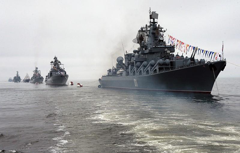 """Гвардейский ракетный крейсер """"Варяг"""" (справа) на праздновании Дня ВМФ во Владивостоке"""
