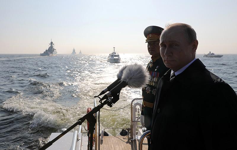 Президент России Владимир Путин и министр обороны Сергей Шойгу на Главном военно-морском параде