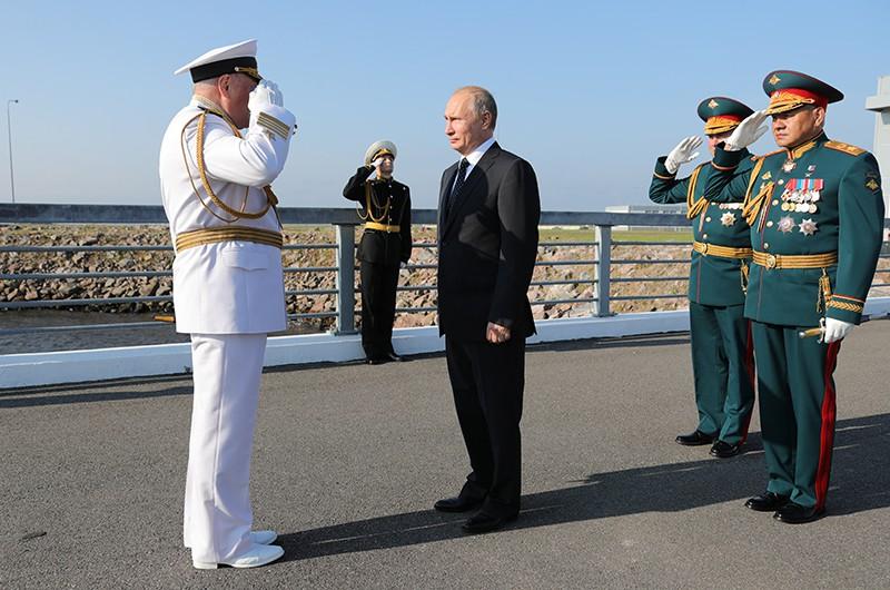 Президент России Владимир Путин и главнокомандующий Военно-морским флотом адмирал Владимир Королев
