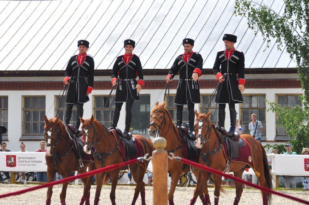 Выступление команды всадников Кремлевской школы верховой езды