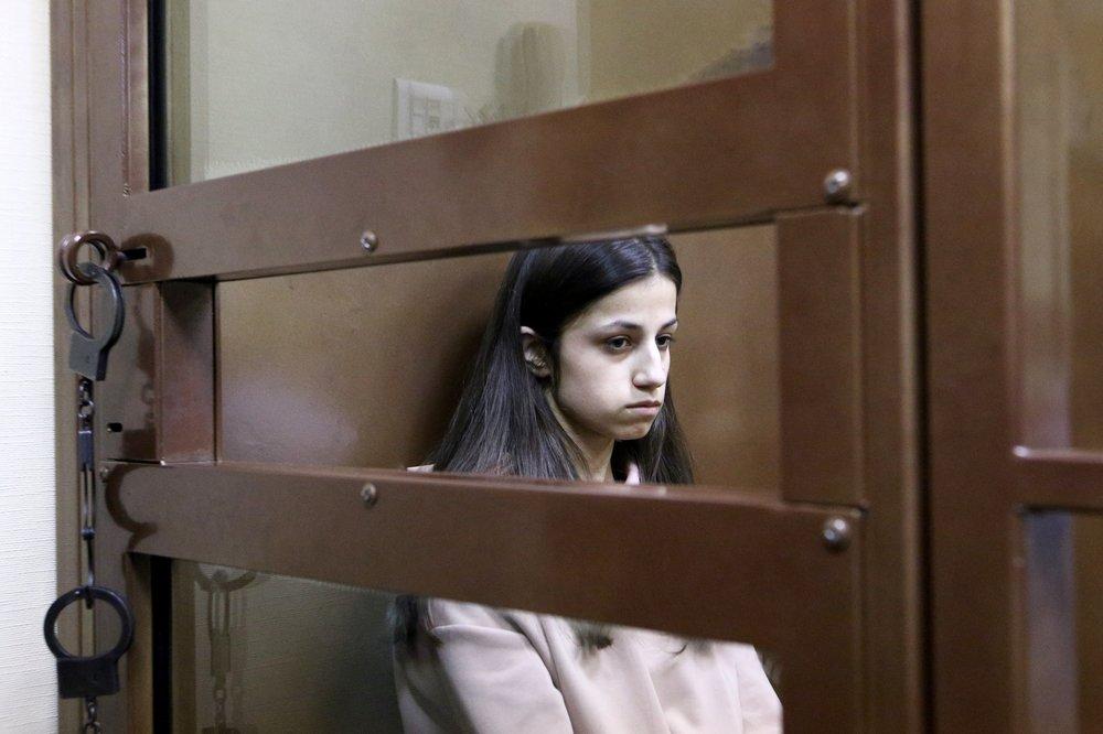 Задержанная по обвинению в убийстве отца 18-летняя Ангелина Хачатурян во время избрания меры пресечения в Останкинском суде