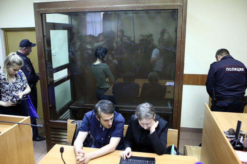 Задержанная по обвинению в убийстве отца 18-летняя Кристина Хачатурян во время избрания меры пресечения в Останкинском суде