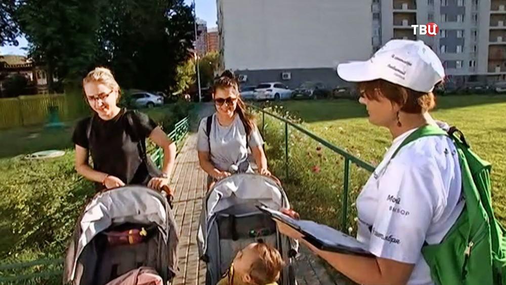 Сбор волонтерами избирательного штаба Сергея Собянина предложений жителей Москвы