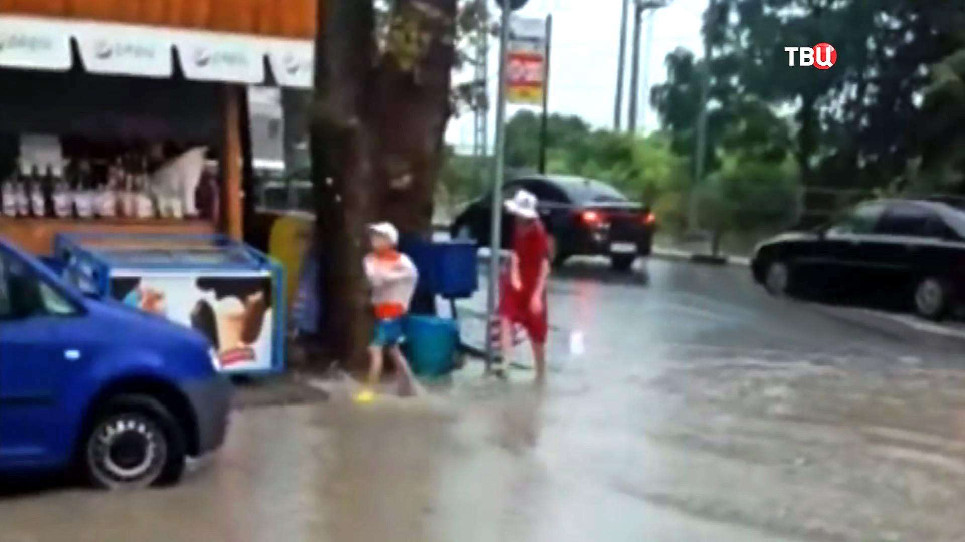 Мальчик перед падением в ливневую канализацию в Сочи