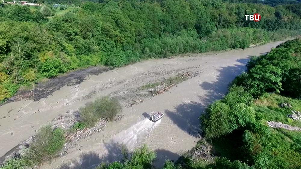Катер МЧС на горной реке