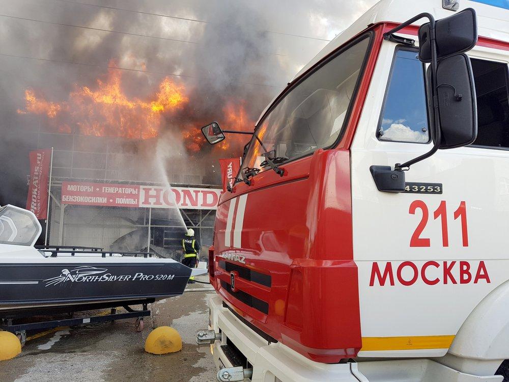 Пожарные ликвидируют возгорание в Москве