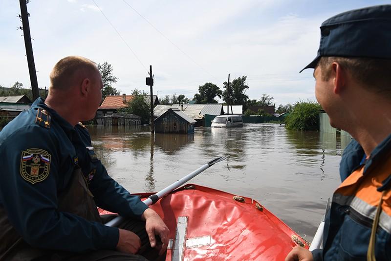 Сотрудники МЧС на затопленной в результате паводка улице