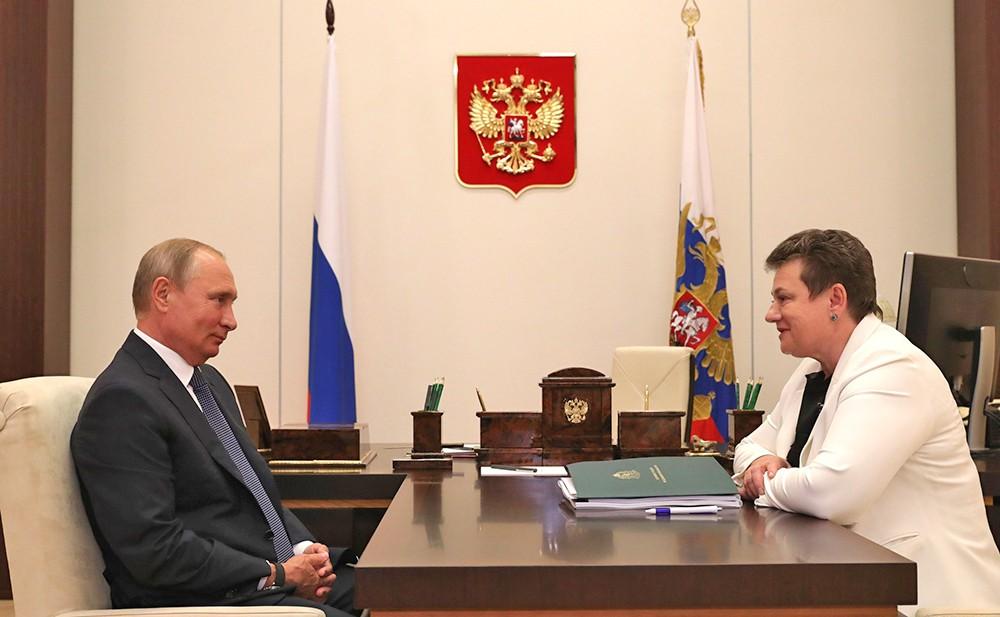 Владимир Путин и губернатор Владимирской области Светлана Орлова