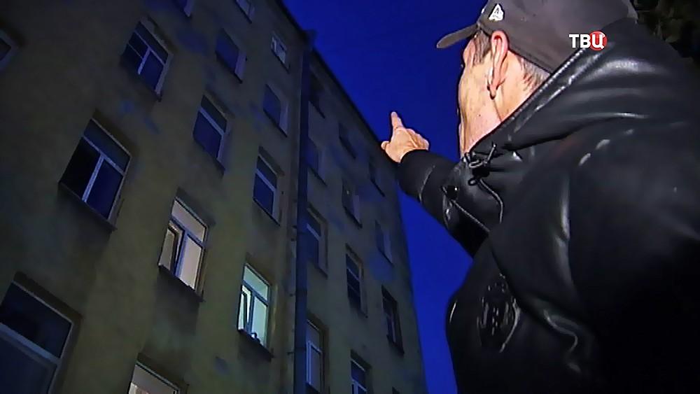 Мужчина показывает место происшествия