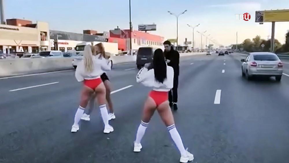 Певица Оксана Яковлева устроила танцы на МКАД