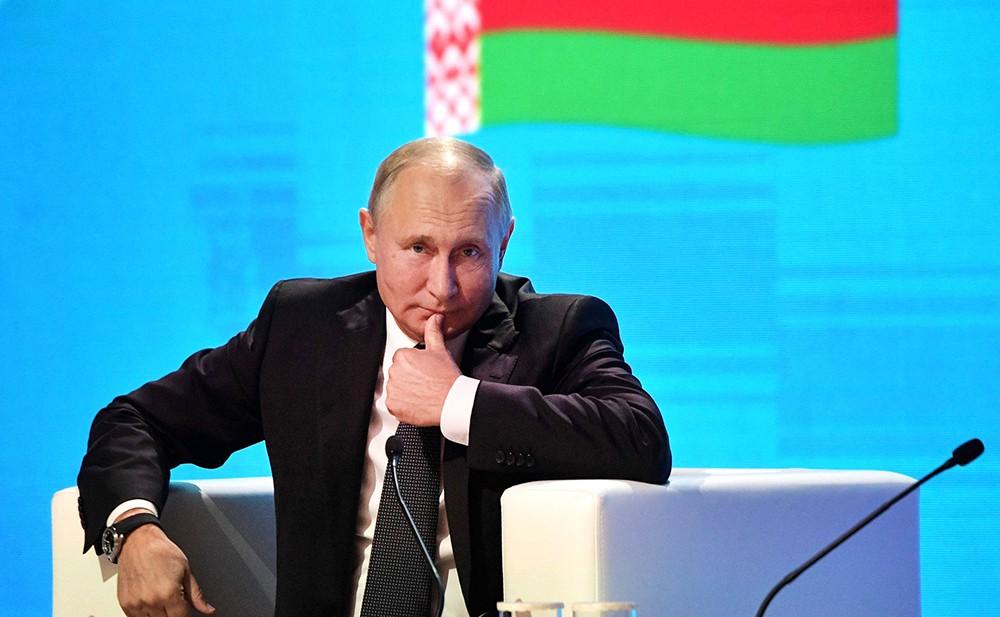 Владимир Путин на фоне белорусского флага