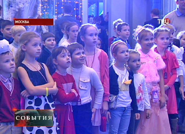 Дети на новогоднем спектакле