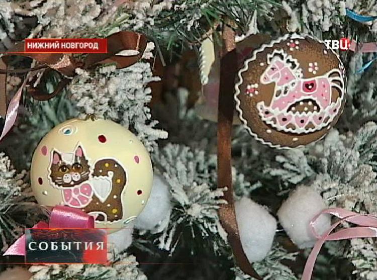 Елочные игрушки на елке