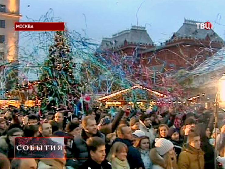 Посетители ярмарки на Манежной площади