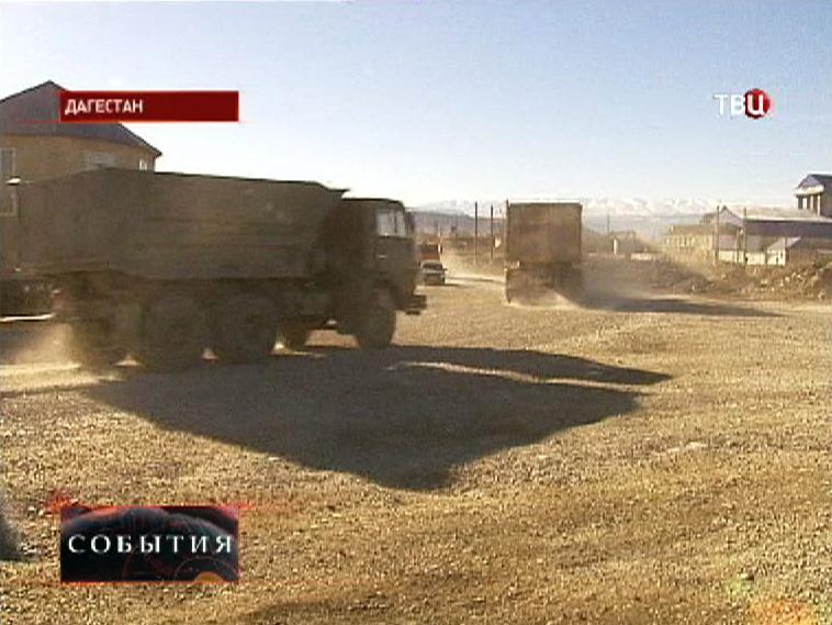 Пыльная дорога рядом с селом в Дагестане