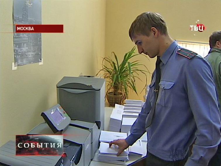 Инспектор ДПС распечатывает штрафы