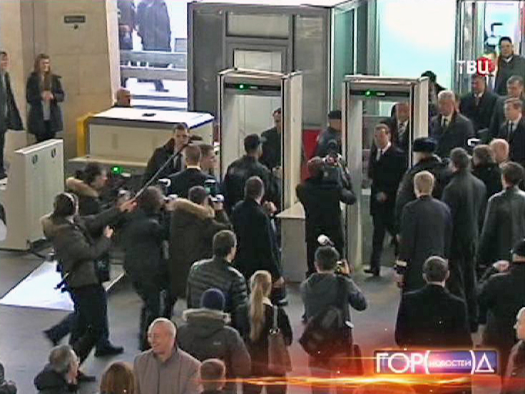 Дмитрий Медведев проходит через рамки металлодетектора