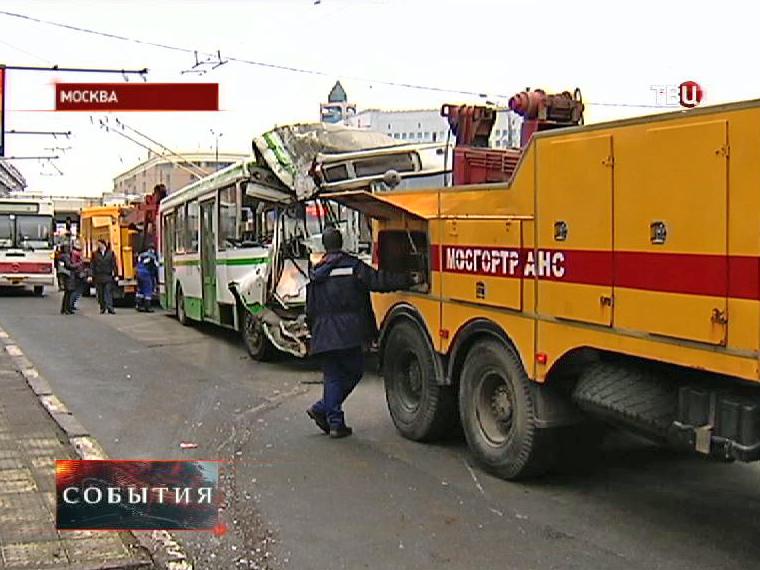 Тягач эвакуирует рейсовый автобус после ДТП