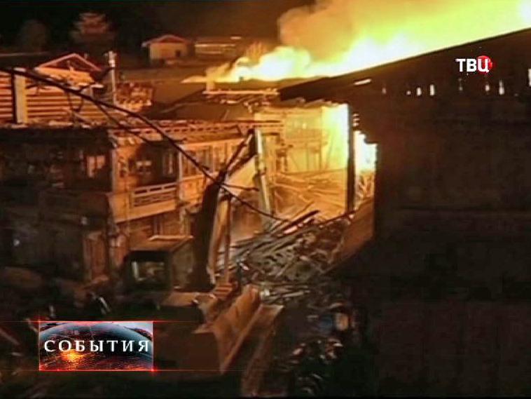 Китайские пожарные борются с огнем в городе Шангри-Ла