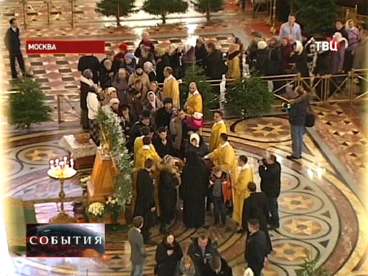 Очередь верующих желающих поклониться Дарам волхвов в храме Христа Спасителя