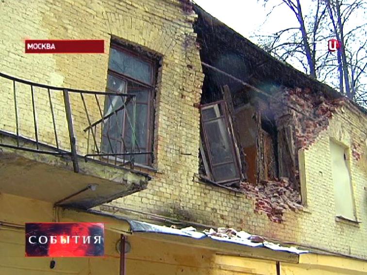 Обрушение стены ветхого здания