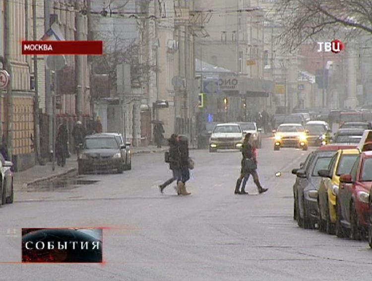 Пешеходы переходят дорогу