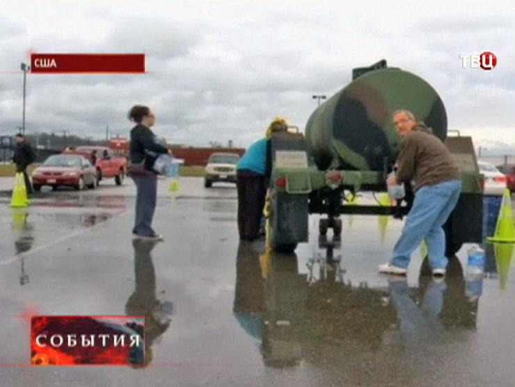 Жители США набирают воду