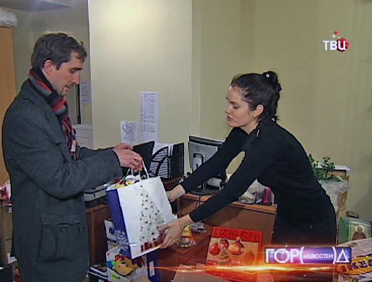 Волонтеры собирают подарки