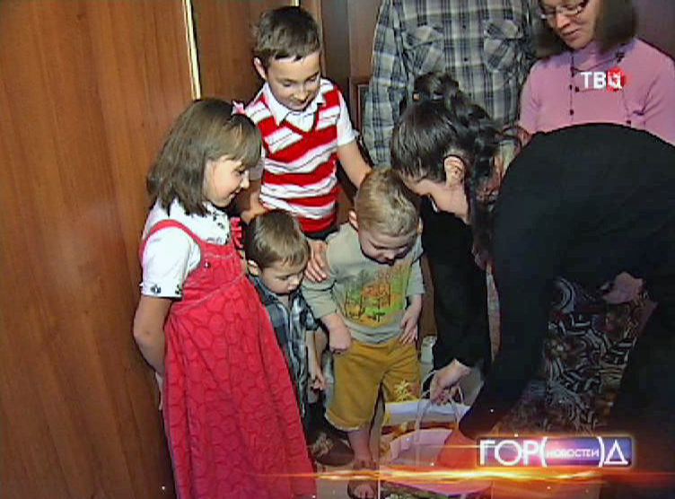 Семья Цацуриных смотрят подарки от волонтеров
