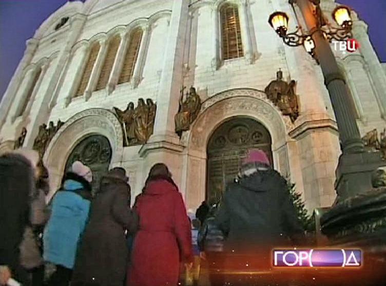 Паломники около Храма Христа Спасителя