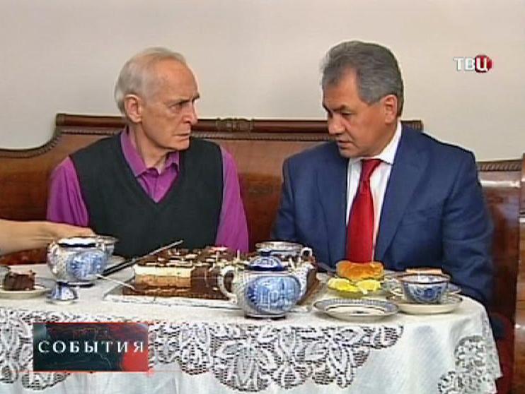 Сергей Шойгу поздравляет с юбилеем Василия Ланового