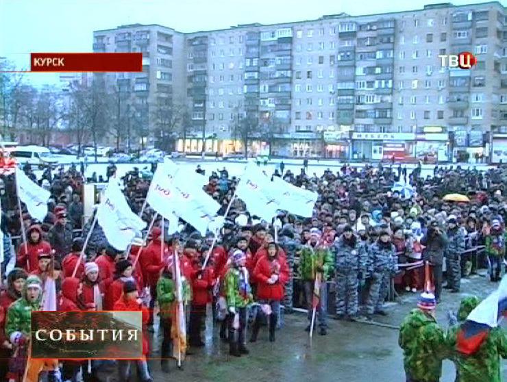 Жители Курска встречают Олимпийский огонь