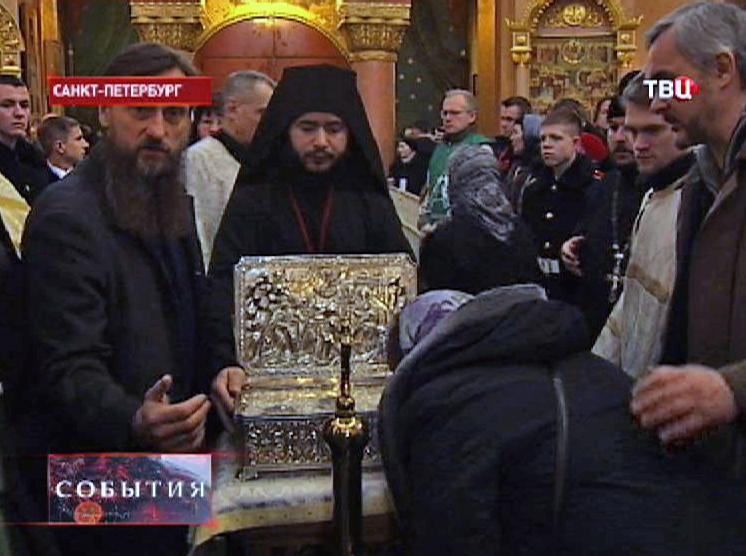 Верующие прикладываются к Дарам волхвов