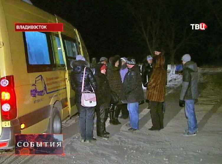 Люди около маршрутного автобуса