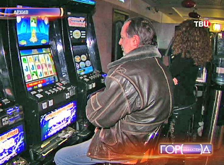 Посетитель казино за игровым автоматом