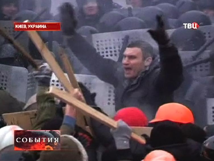 Виталий Кличко пытается успокоить митингующих в Киеве