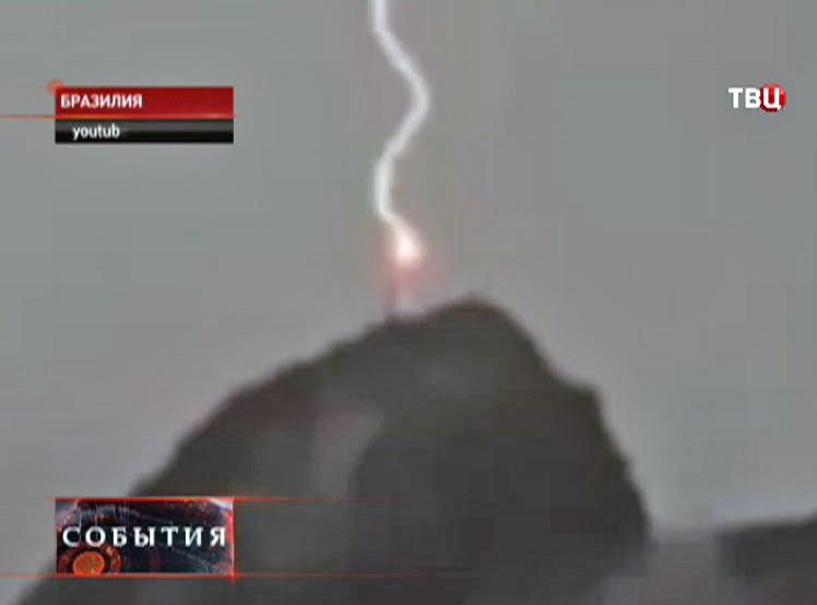 Удар электрического разрядя в статую Христа-Искупителя