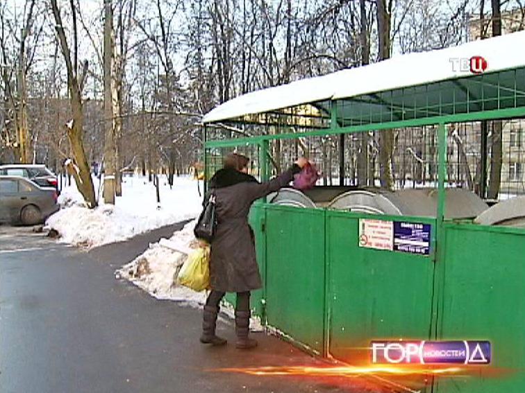 Женщина выкидывает мусор