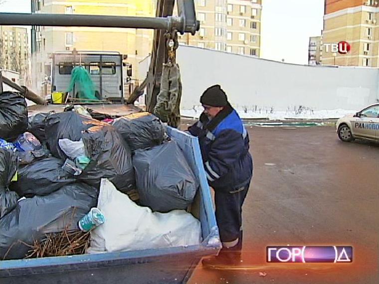 Мусоровоз забирает контейнер