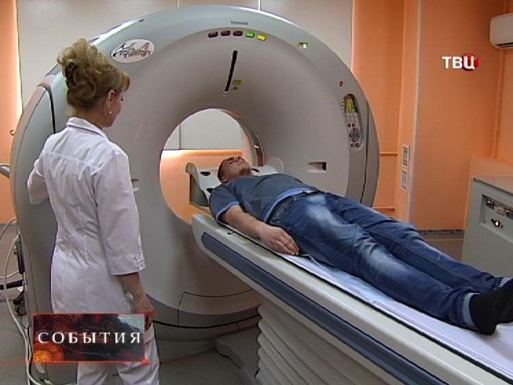 Врач проводит томографию пациенту