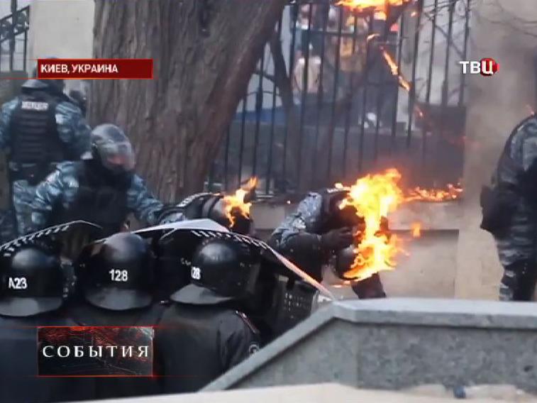 Протестующие в Киеве атакуют милицию