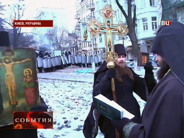 Священники проводят молебен на акции протеста в Киеве