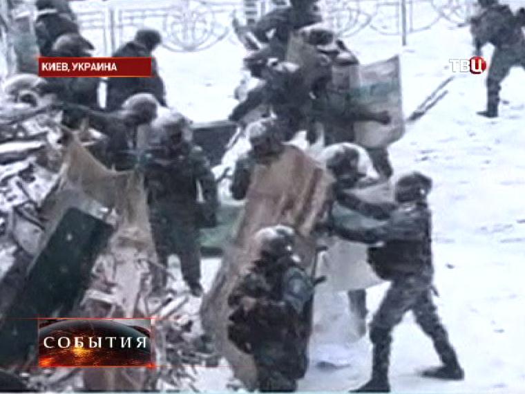 Милиция разбирает баррикады в центре Киева
