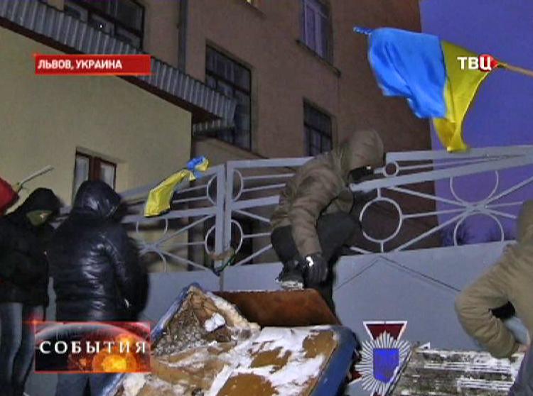 """Активисты блокируют базу """"Беркута"""" во Львове"""