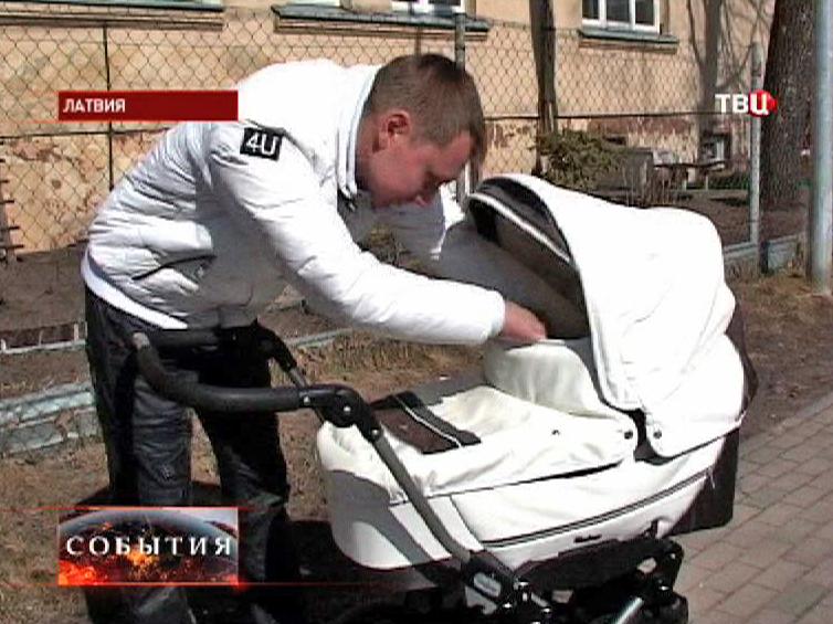 Молодой отец гуляет с ребенком