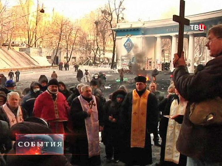 Люди молятся на улице Киева