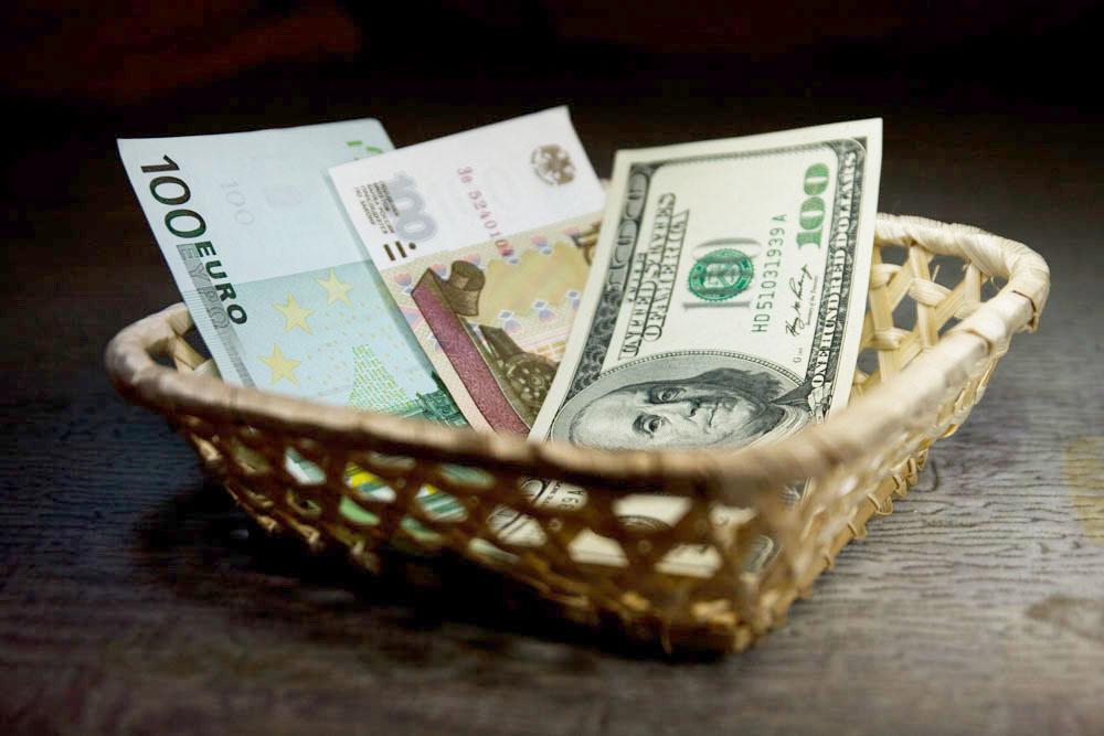 Купюры евро, рубля и доллара