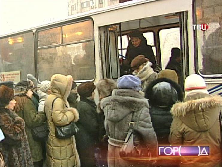 Посадка пассажиров в троллейбус