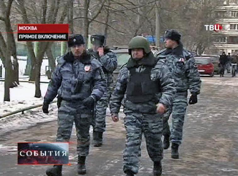 К месту захваченной школы в Отрадном прибыли полицейские